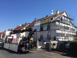 Dachumdeckung mit Gerüst. Meisterbau - solides handwerk in Rhein-Main